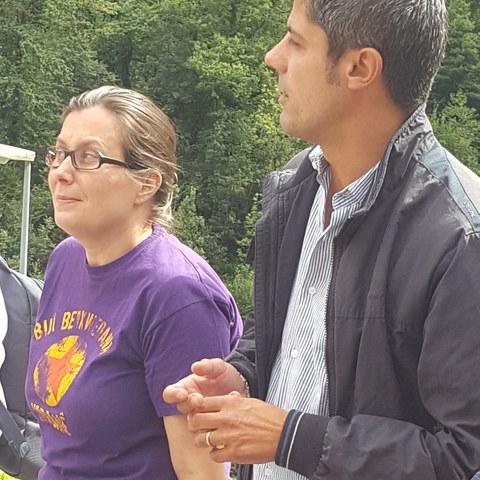 Luca Della Bitta, Präsident der Provinz Sondrio und Gabriela Jacomella, Journalistin, begrüssen die Tagungsteilnehmenden und Gäste in Castasegna an der Grenze zu Italien..jpg. Vergrösserte Ansicht