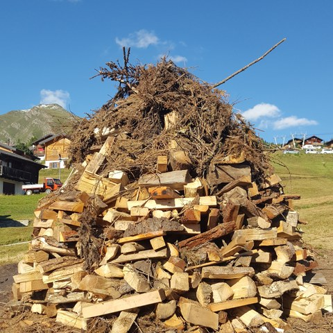 Holzstapel in Erwartung des Feuers.jpg. Vergrösserte Ansicht