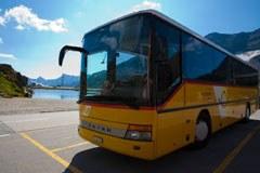 Die PostAutos der Schweiz gehören einfach dazu - und befördern Passagiere auch grenzübergreifend in andere Alpenländer.