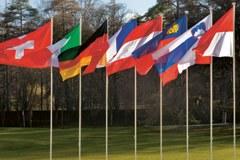 Flaggen der acht Vertragsparteien der Alpenkonvention
