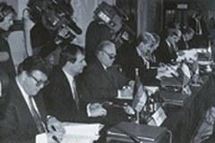Die UmweltministerInnen der Vertragsparteien unterzeichnen die Alpenkonvention am7. November 1991in Salzburg/A.