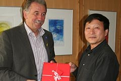 Geschenkübergabe in Sonthofen an Professor Dachang Zhang