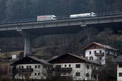LKW und Wohnhäuser