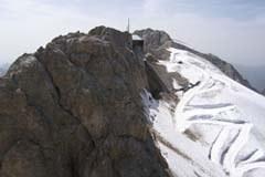 La gare d'arrivée à la Marmolada et la piste creusée spécialement dans le glacier pour la révision du téléphérique.