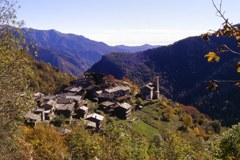 Tristes perspectives : les vieux sont souvent les seuls à rester au village et les maisons tombent en ruine, comme à Bourcet (Val Chisone) dans les Alpes occidentales piémontaises.