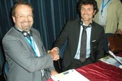 L'objectif commun pour les signataires (à gauche : Rainer Siegele, Président du Réseau de communes, et à droite : Frédéric Boyer, membre du bureau de la Convention des Maires) : réduire les émissions de CO2 de 20 % grâce à des actions locales, en utilisant des sources d'énergie renouvelables, en faisant des économies d'énergie et en améliorant l'efficacité énergétique.