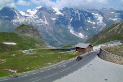 La route alpine du Grossglockner : plus de 260'000 véhicules motorisées, environ 20'000 cyclistes et trois accidents graves de vélo par an.