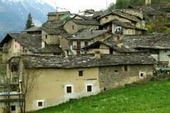 Territoires enclavés dans les Alpes : l'hôpital le plus proche est éloigné, le bureau de poste n'est ouvert que le matin, l'attrait de la ville augmente et la nature gagne de plus en plus de terrain.