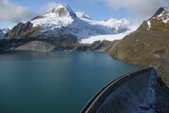 Lac de barrage dans les Alpes