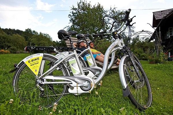 Les vélos électriques sont de plus en plus appréciés pour découvrir les Alpes et touchent une clientèle moins sportive que le VTT. © Bad Kleinkirchheim / flickr.com