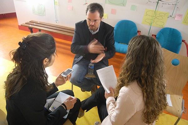 L'YPAC encourage le dialogue : les jeunes échangent avec des représentants de la politique et de la société civile. © CIPRA