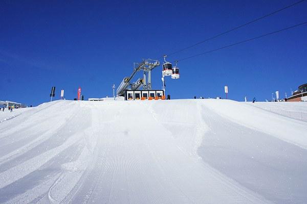 Les stations de ski peuvent-elles être vraiment durables ? Des organisations environnementales critiquent l'« éco-blanchiment » pratiqué par certains exploitants. © Davide Costanzo / Flickr.com