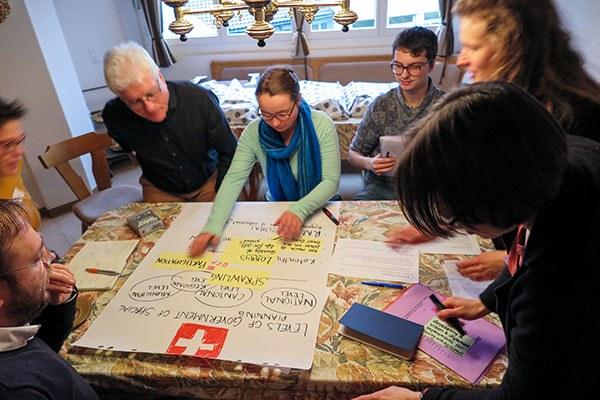 Des jeunes et des adultes imaginent ensemble des solutions pour l'avenir. © Fabio Parisi