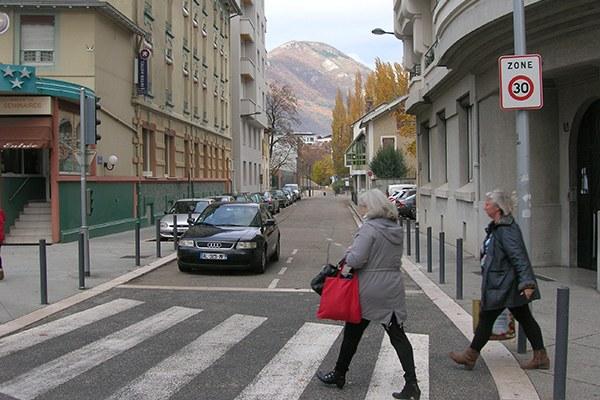 Des zones 30 pour une meilleure qualité de vie: Grenoble montre l'exemple. © CIPRA France