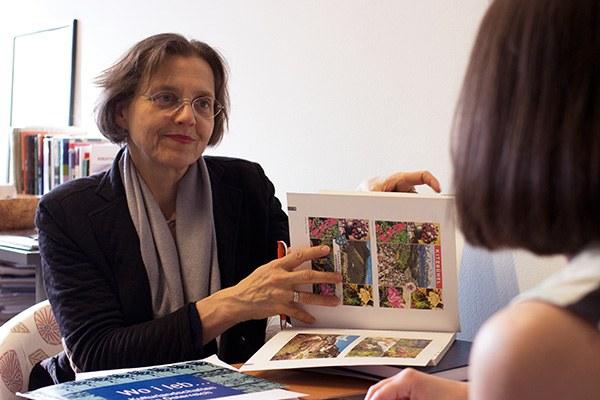 Verena Winiwarter étudie le lien entre les cartes postales idylliques et la réalité touristique. © Lukas Schiemer
