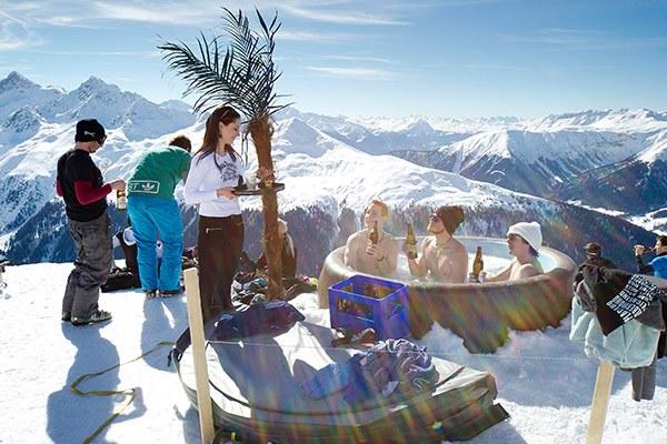 Décor alpin avec palmier, pour une mise en scène touristique. © Hans Peter Jost