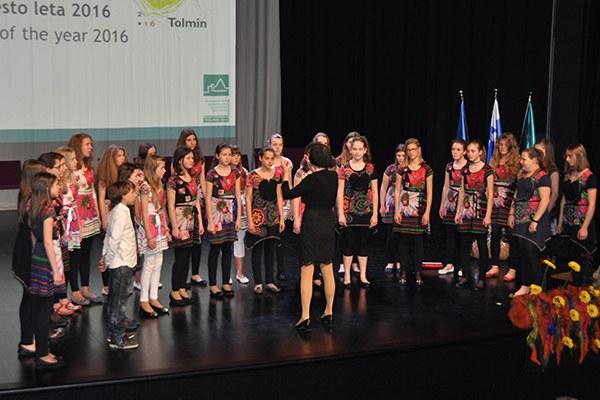 Des jeunes accompagnent la cérémonie d'ouverture de la Ville des Alpes 2016 à Tolmin. (c) Soča Valley Development Centre