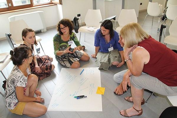 Un échange fructueux: des participants du séminaire «I-LivAlps» débattent sur le tourisme d'hiver. © CIPRA International