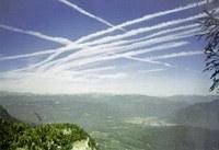 Himmel mit Flugzeugsspuren