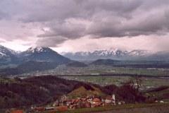 Bevölkerung und Kultur in den Alpen: Blick auf Rankweil bei Feldkirch / A