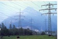 Hochspannungsleitungs-Masten in den Alpen.