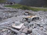 Vom Hochwasser zerstörtes Auto.