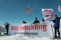 Protestaktion von Mountain Wilderness gegen das Heliskiing.
