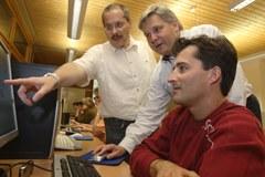 Collegati col mondo tramite la rete: l'accesso a internet e corsi appositi contribuiscono a una maggiore qualità di vita nello spazio alpino.