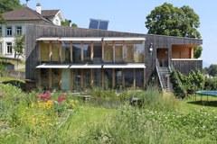La casa della famiglia Götz a Sevelen/CH è un buon esempio di edificio sostenibile nello spazio alpino.