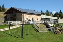 Molti edifici utilizzano impianti fotovoltaici per produrre energia elettrica ecocompatibile (Verano/Alto Adige).