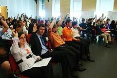 75 giovani, 7 Stati, 1 tema: la protezioni delle Alpi e i trasporti sono stati il focus del Parlamento dei giovani nel 2011.
