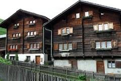 Tradicionalna obrtna dejavnost: projekt AlpHouse se bo ukvarjal s prenovo značilnih alpskih stavb, kot sta prikazani hiši v Vrinu v švicarski dolini Val Lumnezia.