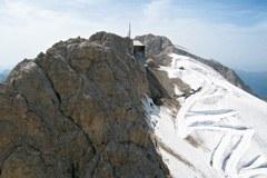 Postaja gorske žičnice na Marmoladi in cesta, ki je speljana po ledeniku in zgrajena le zaradi vzdrževanja žičnice.