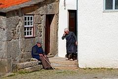 Stari ljudje so za vaško življenje nepogrešljivi, saj ga  prav oni tudi omogočajo.