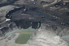 Brezobzirno izkoriščanje: pri izkopu bitumenskega peska v Kanadi se ogromna okoljska škoda, ki pri tem nastaja, ne upošteva.