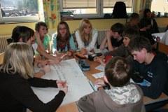 """Investitorji jutrišnjega dne: okoli 60 učencev, ki načrtujejo sanjsko hišo, so na poti kot """"energijski detektivi""""."""